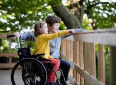 Broer en zus met rolstoel op vakantie
