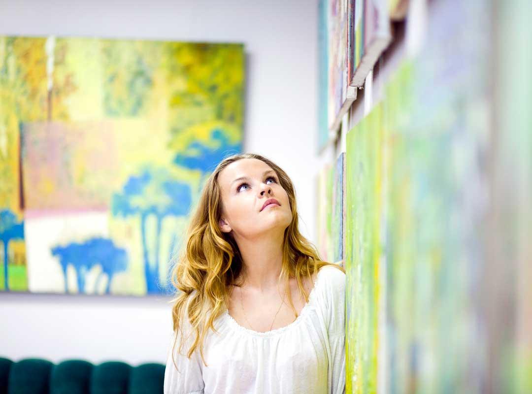 Kunstenares voor schilderij